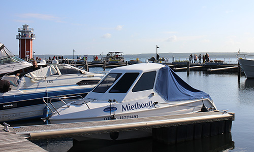 Familienboot im Plauer Hafen :: Ferienwohnung am Hafen Plau am See :: Müritzfischer