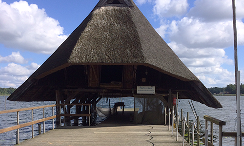 Blick auf das Hüdenhus, hier starten Sie zum Angeln! :: Ferienwohnung Krakow am See :: Müritzfischer
