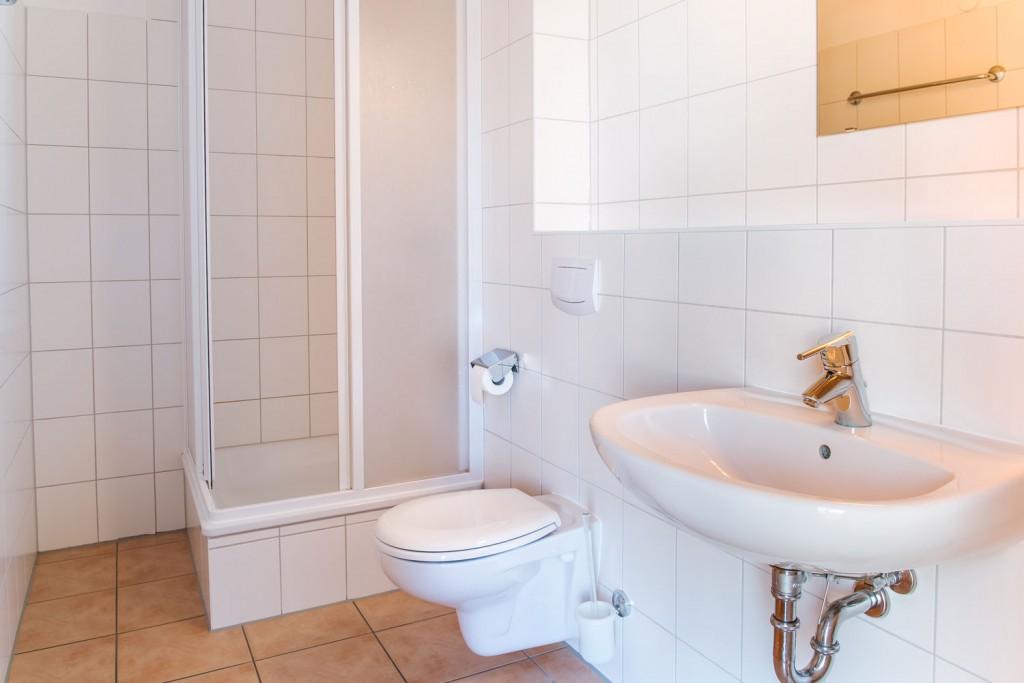 Badezimmer mit Dusche und WC :: Ferienwohnung in Eldenburg :: Müritzfischer