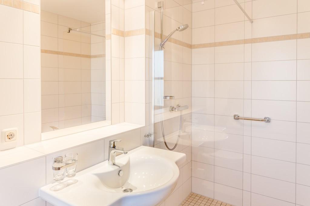 Badezimmer mit Dusche und WC :: Ferienwohnung am Hafen Plau am See :: Müritzfischer
